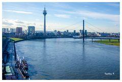 Düsseldorf - Blick vom Riesenrad auf die Kniebrücke, Fernsehturm, Medienhafen