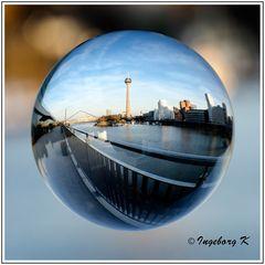 Düsseldorf - Der Medienhafen durch die Kugel gesehen