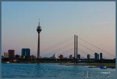 Düsseldorf - der Medienhafen und die Rheinkniebrücke vom Altstadtufer aus gesehen