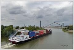 Düsseldorf - der Wirtschaftshafen - Containerschiff bei der Ausfahrt -