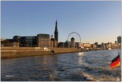 Düsseldorf - Die Altstadt vom Feuerlöschboot aus gesehen