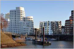 Düsseldorf - Die Gerryhäuser aus der Perspektive vom Wasser aus gesehen