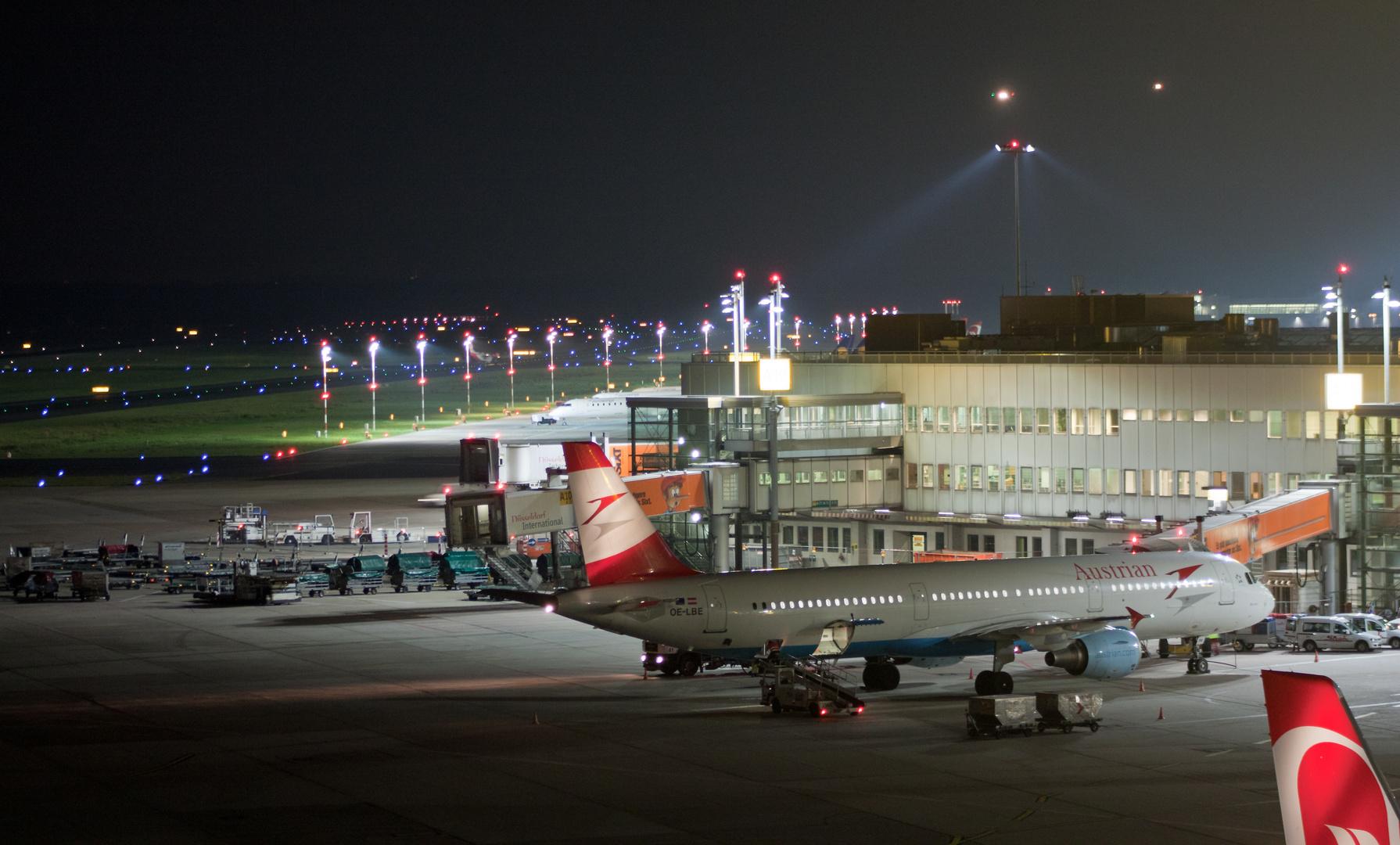 Dusseldorf Flughafen Bei Nacht Foto Bild Luftfahrt Verkehr