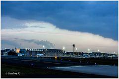 Düsseldorf - Flughafen im Abendlicht