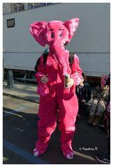 Düsseldorf Kö-Treiben am Sonntag - ein rosa Elefant -