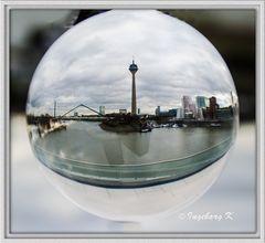 Düsseldorf - Medienhafen - durch die Kugel gesehen
