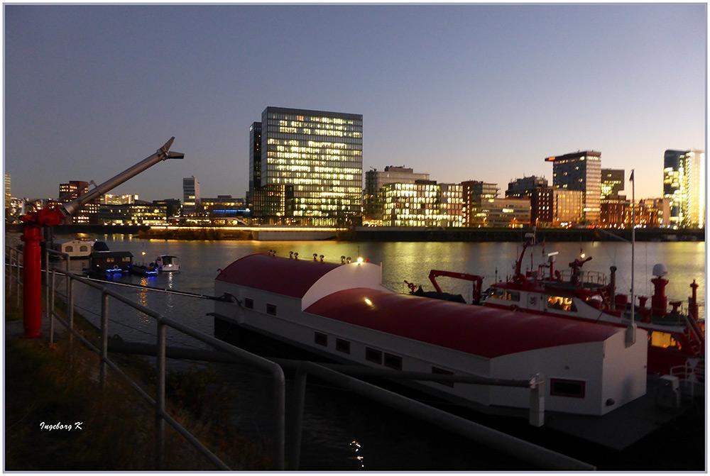 Düsseldorf - mit dem Feuerlöschboot wieder am Anlegeplatz im Hafen angekommen