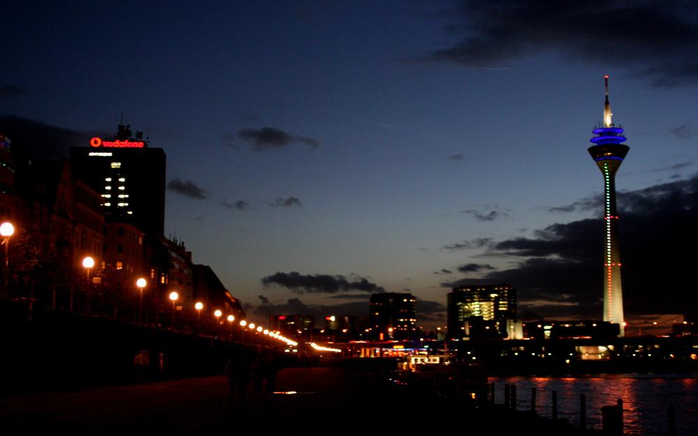Düsseldorf mit Rheinturm abends