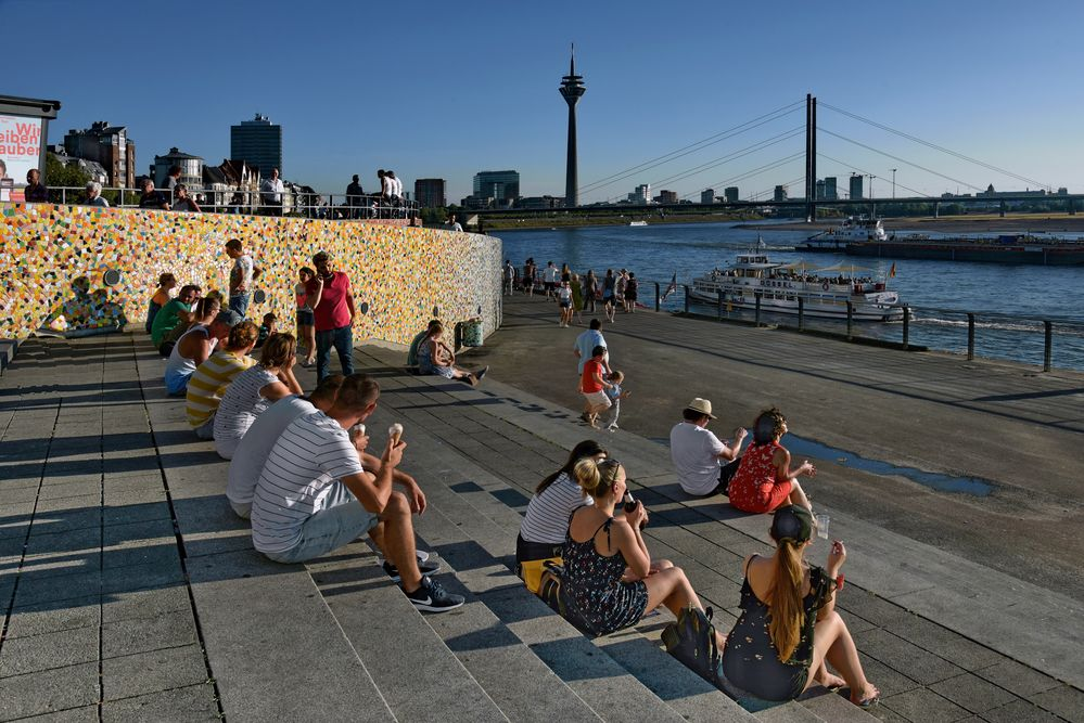 Düsseldorf  - Pause am Rheinufer -