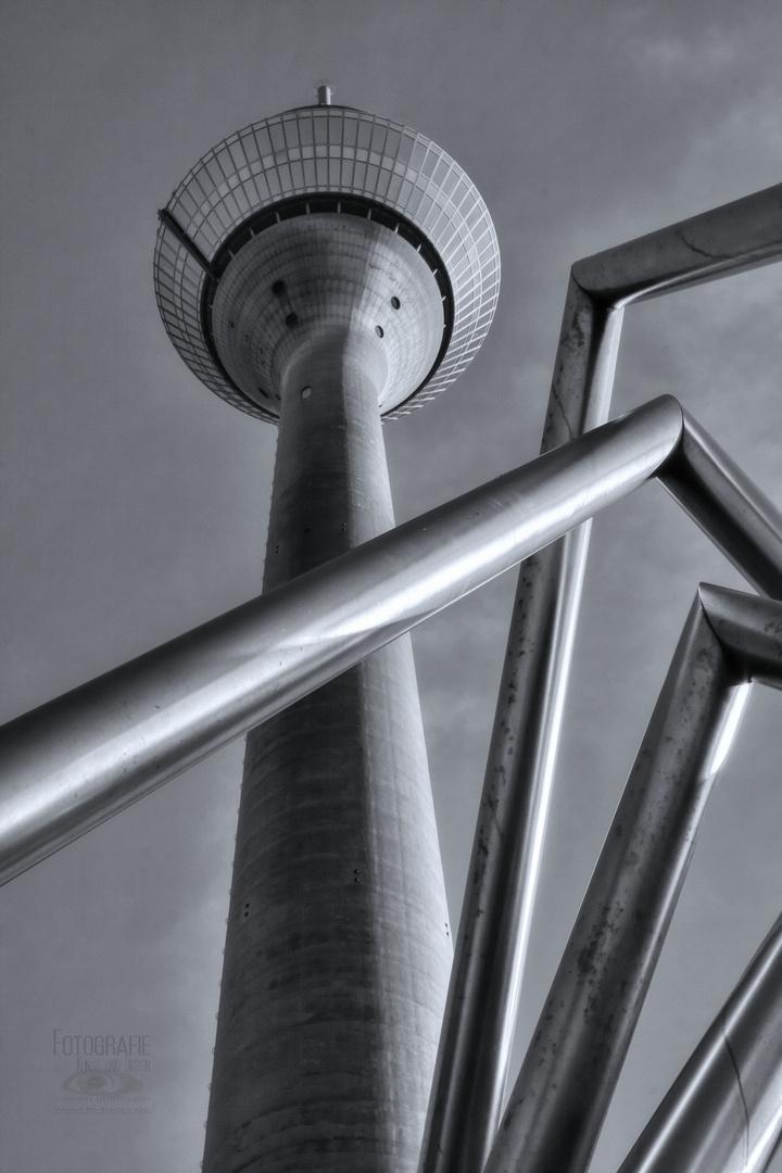 Düsseldorf Rheinturm mit Energie-Pyramide