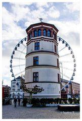 Düsseldorf - Schloßturm und Riesenrad bei Sonnenschein