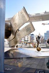 Düsseldorf - West-LB - Kunstwerk und Herzogstraße im Spiegel der Fenster