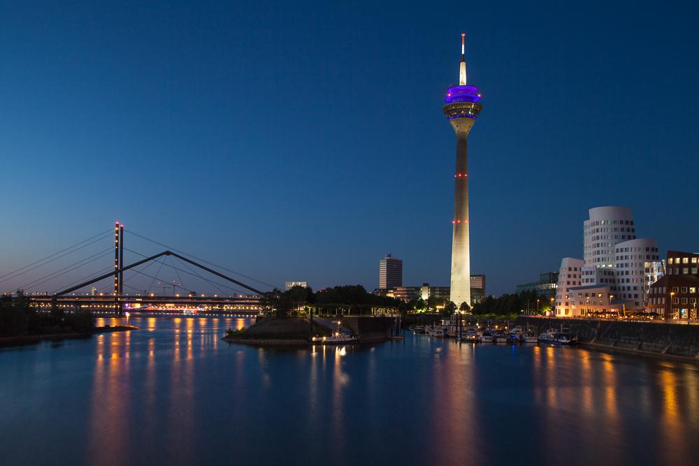 Düsseldorfer Fernsehturm zur blauen Stunde