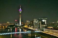 Düsseldorfer Medienhafen am Abend