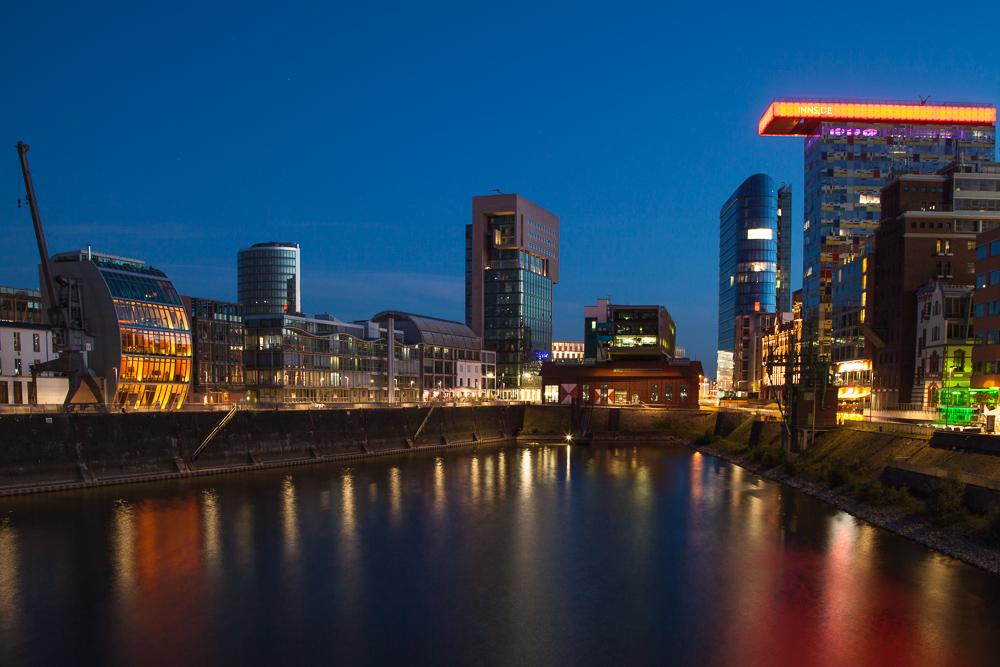 Düsseldorfer Medienhafen zur blauen Stunde