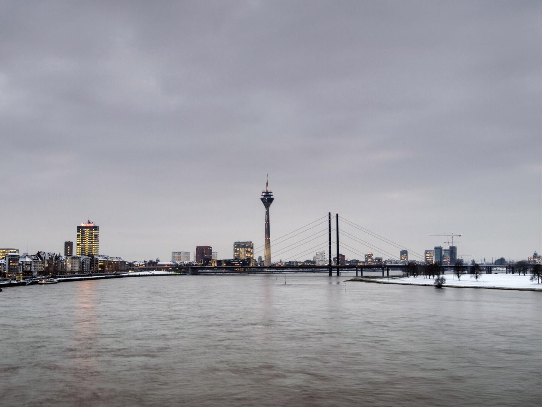 Düsseldorfer Rheinkniebrücke im Winter