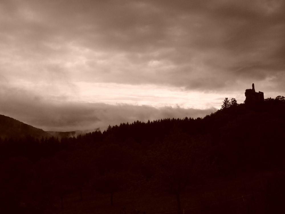 Düstere Stimmung über der Burg Fleckenstein 1