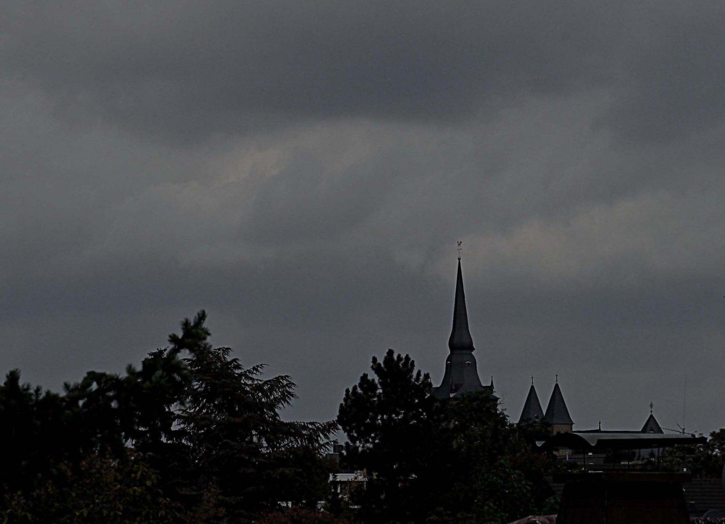 Düstere Wolken über Ratingen. Blick auf St. Peter und Paul, unsere  Pfarrkirche.