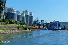 Duisburg - Binnenhafen - Containerschiff bei der Ausfahrt