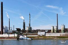 Duisburg Binnenhafen - Industriebetrieb mit Anlegestelle