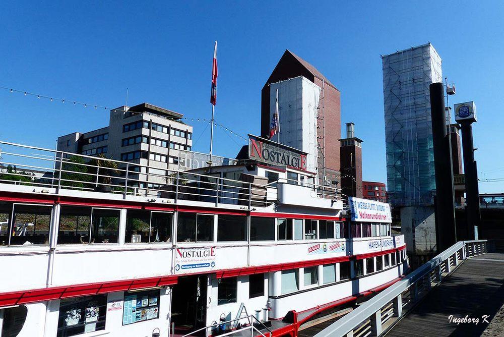 Duisburg - Binnenhafen -Schiff-Abfahrt-Schwanentor