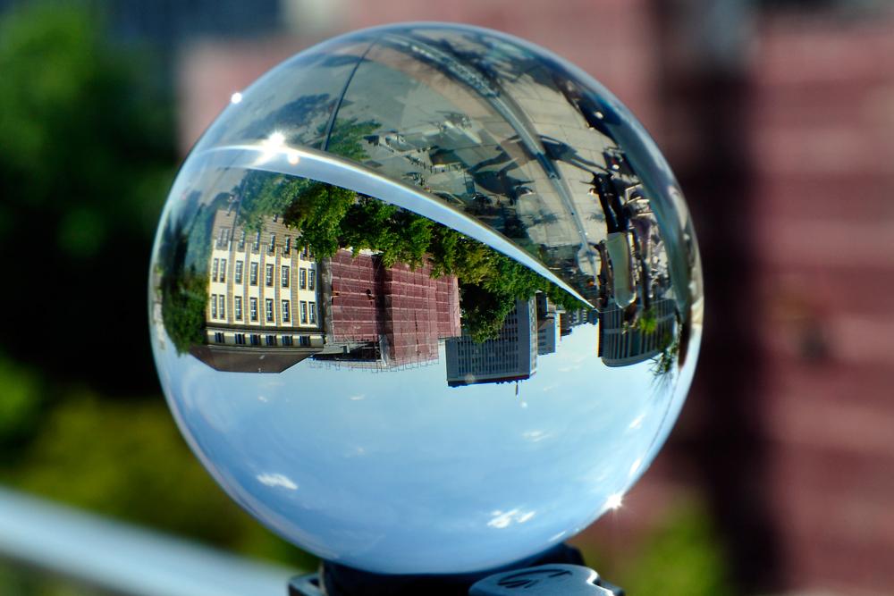 Duisburg - König-Heinrich-Platz - durch die Kugel gesehen