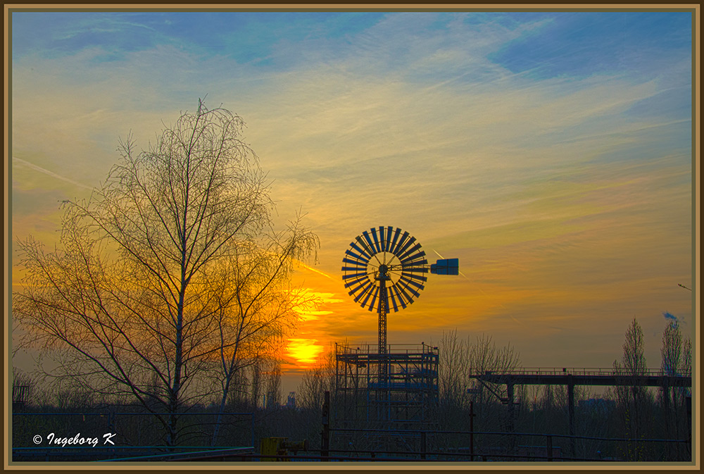Duisburg - Sonnenuntergang am Windrad am Landschaftspark