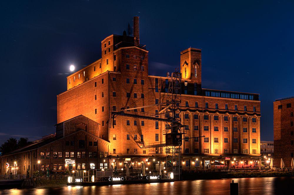 Duisburger Innenhafen bei Nacht