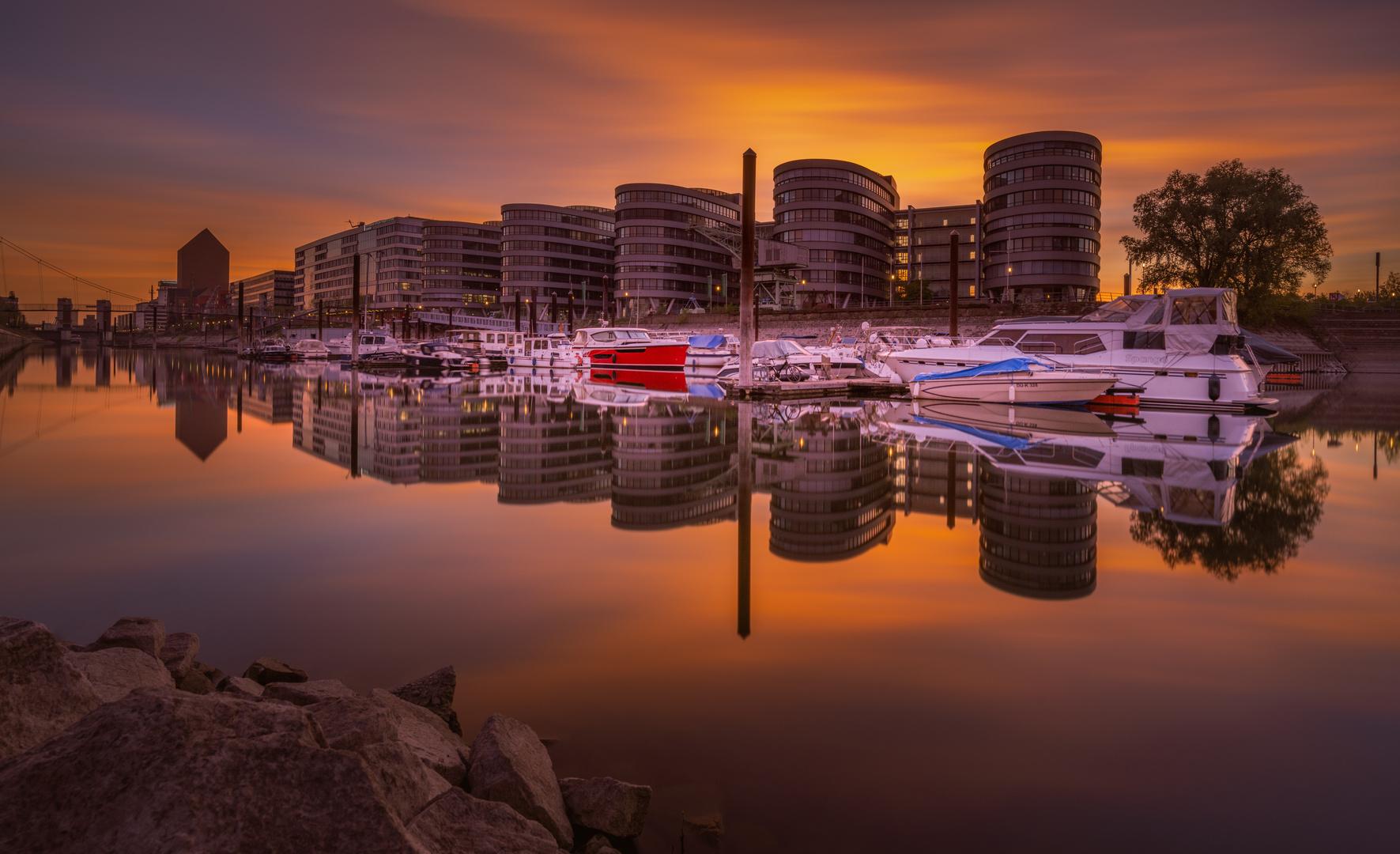 Duisburger Innenhafen im frühen Abendlicht.