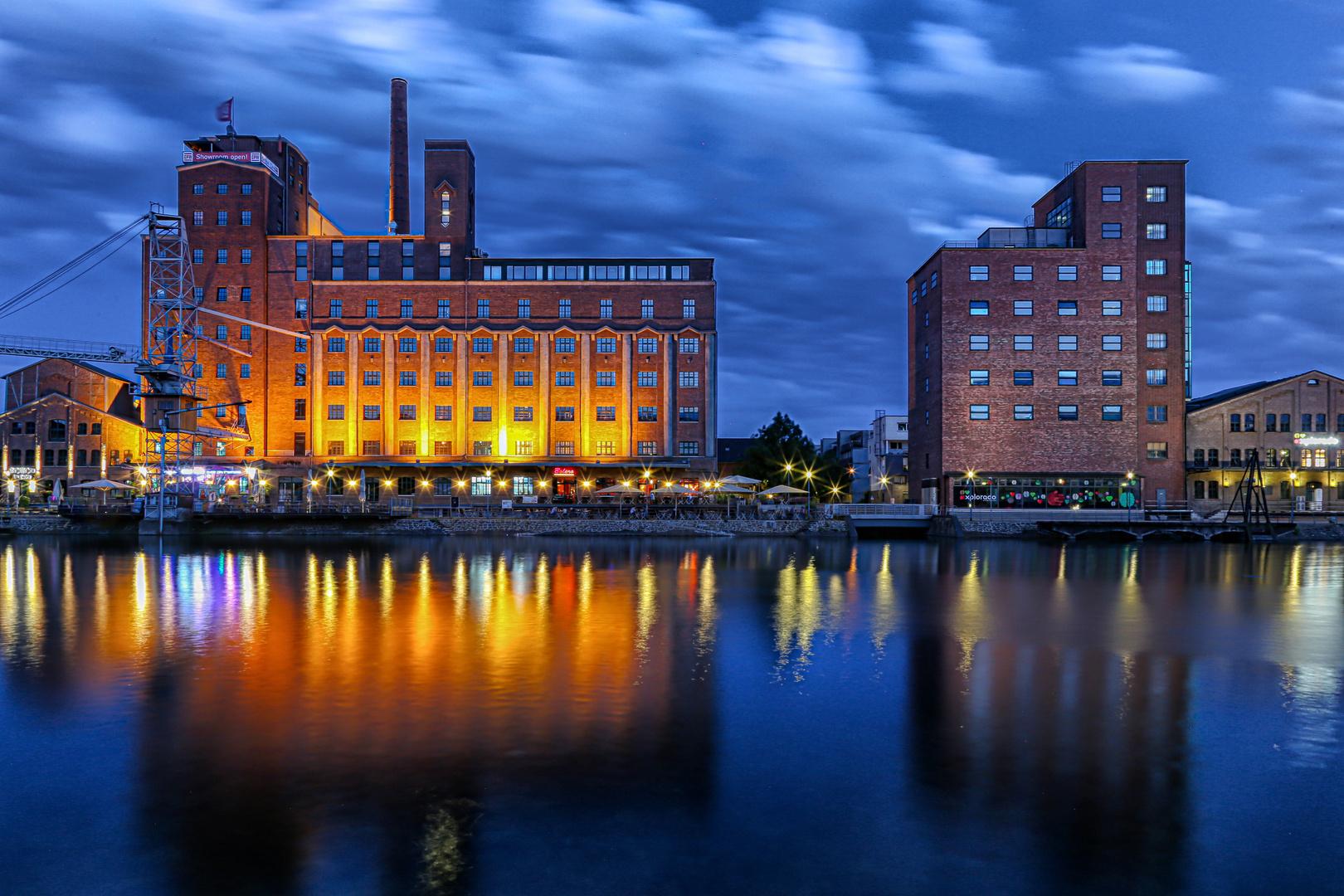 Duisburger Innenhafen  zu Blaue Stunde