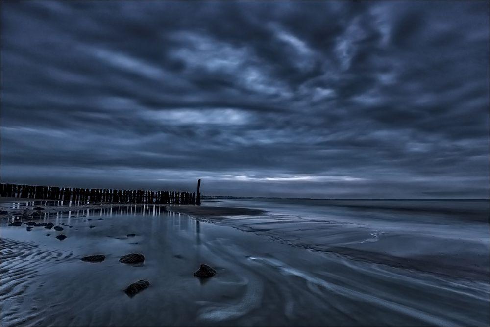 Dunkel und einsam am Strand