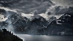 Dunkele Wolken über den Vierwaldstättersee