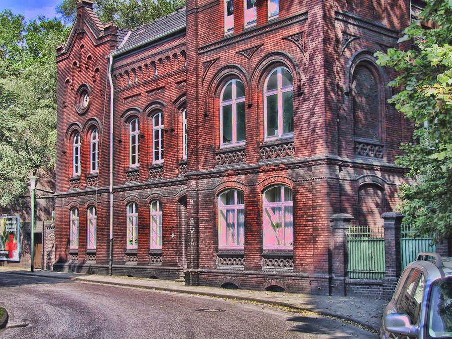 Dunkelrote Backsteingebäude der Zeche Zollverein