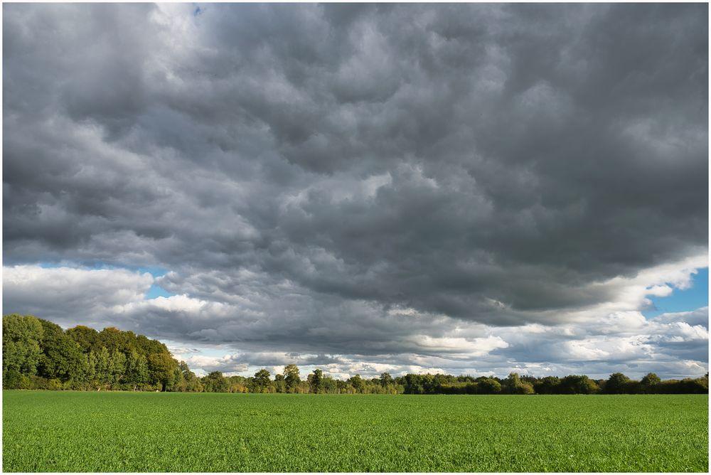 dunkle tief hängende Wolken