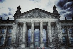 Dunkle Wolken über dem Reichstag
