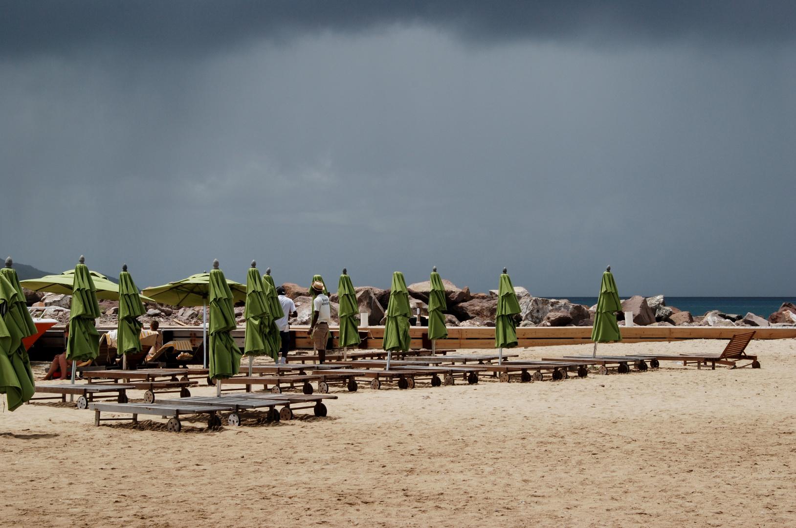 dunkle Wolken über dem Strand