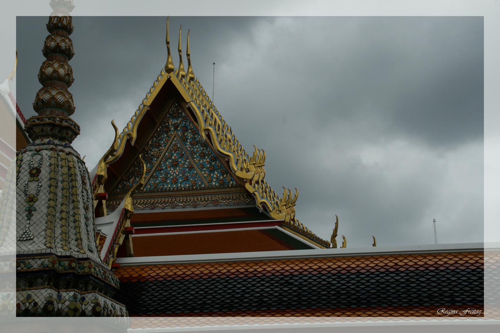 Dunkle Wolken über dem Tempel