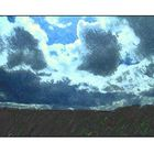 dunkle Wolken über Land