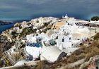 Dunkle Wolken über Santorin-Oia