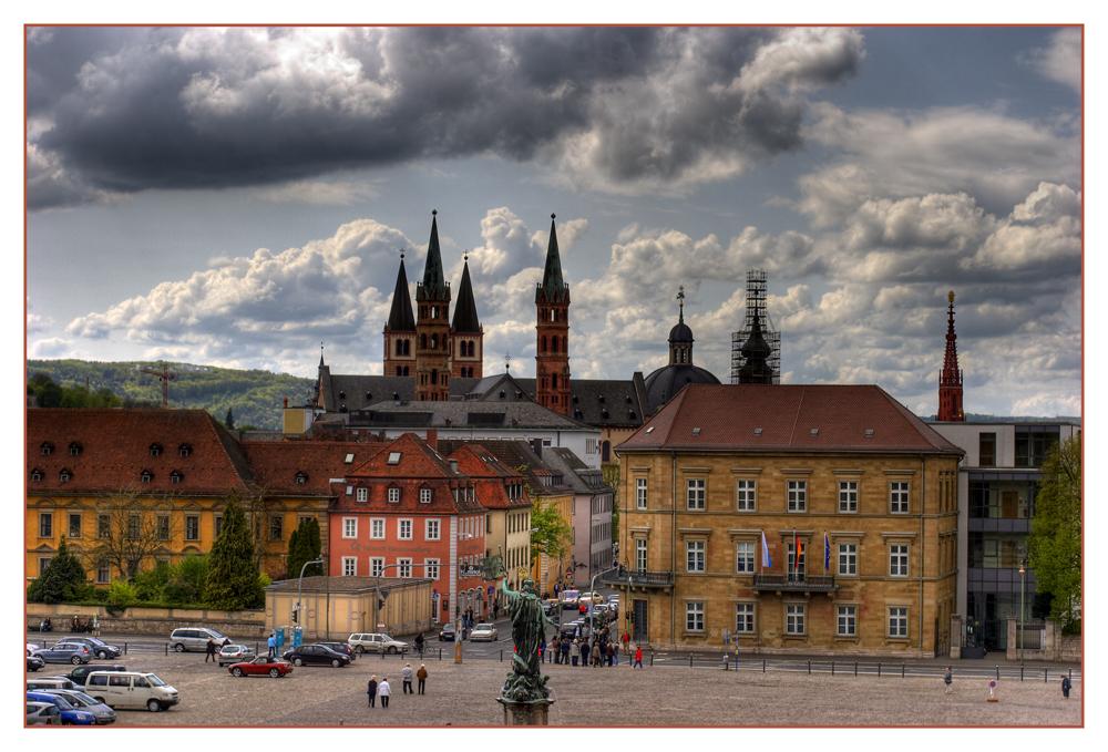 Dunkle Wolken über Würzburg