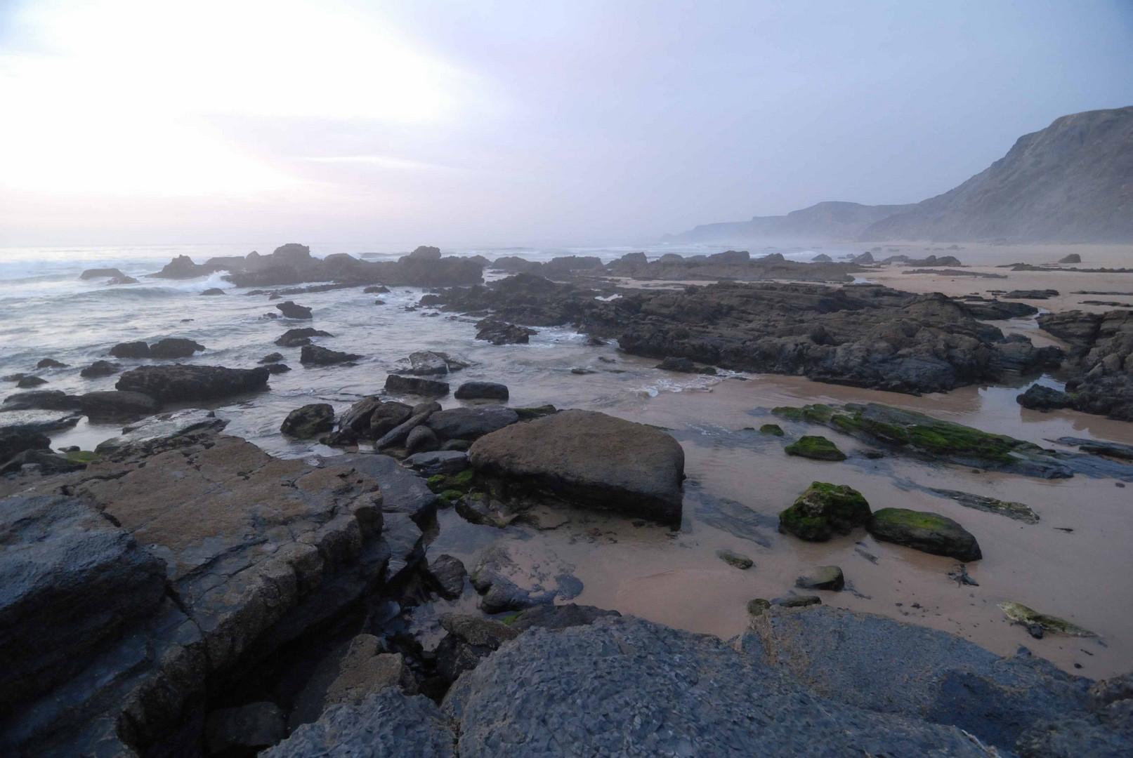 Dunstige Felsen im Wasser