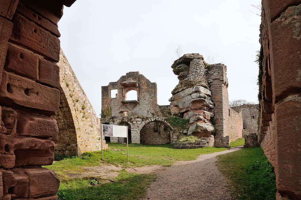 Durch den Torbau mit Flankierungsturm, betreten wir die Ruine Neu Scharfeneck.