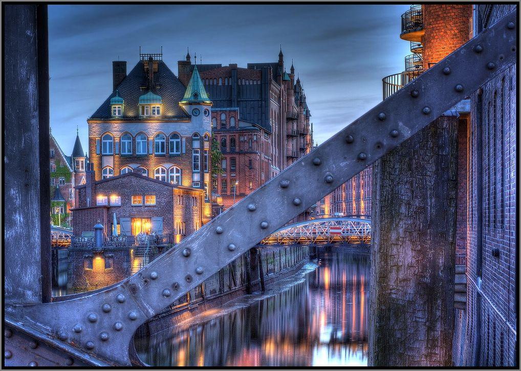 Durch die Brücke gesehen