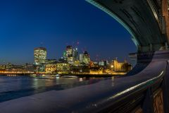 Durch die Tower Bridge nach Norden