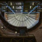 Durchblick durch das Sicherheitsgitter 24 m nach oben in die Kuppel zum Ein-Ausgang vom alten...