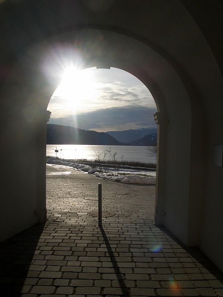 Durchblick vom Hof des Stiftes Ossiach