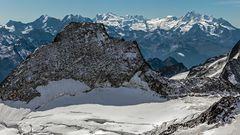 Durchblick zu den hohen Walliser Gipfeln