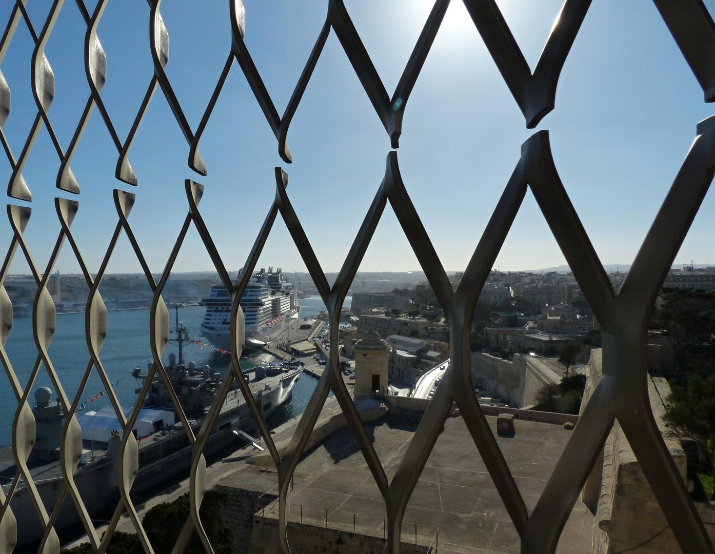 Durchs Gitter der Durchblick aufs Kreuzfahrtschiff