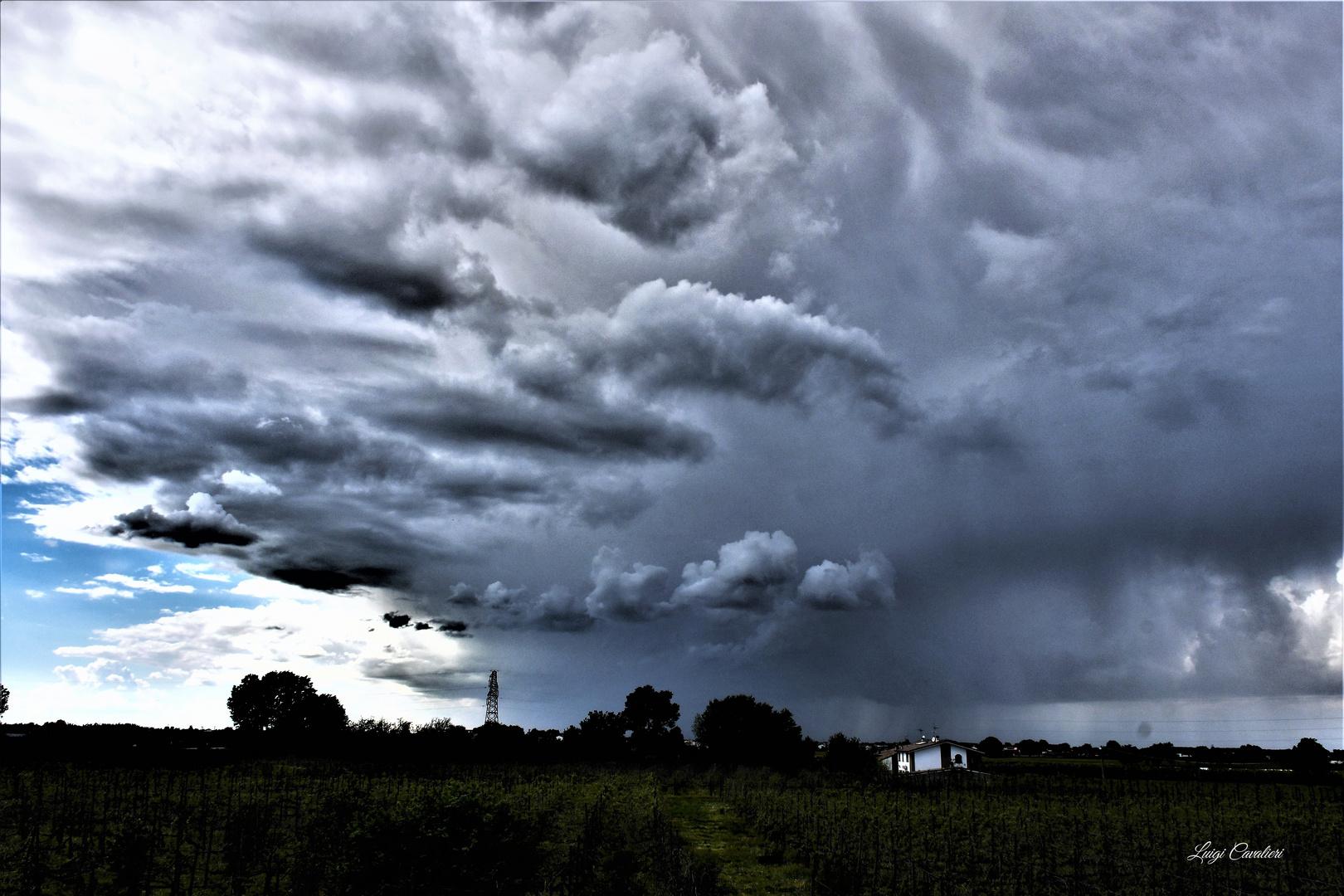 e in breve il cielo si oscura con fare minaccioso...