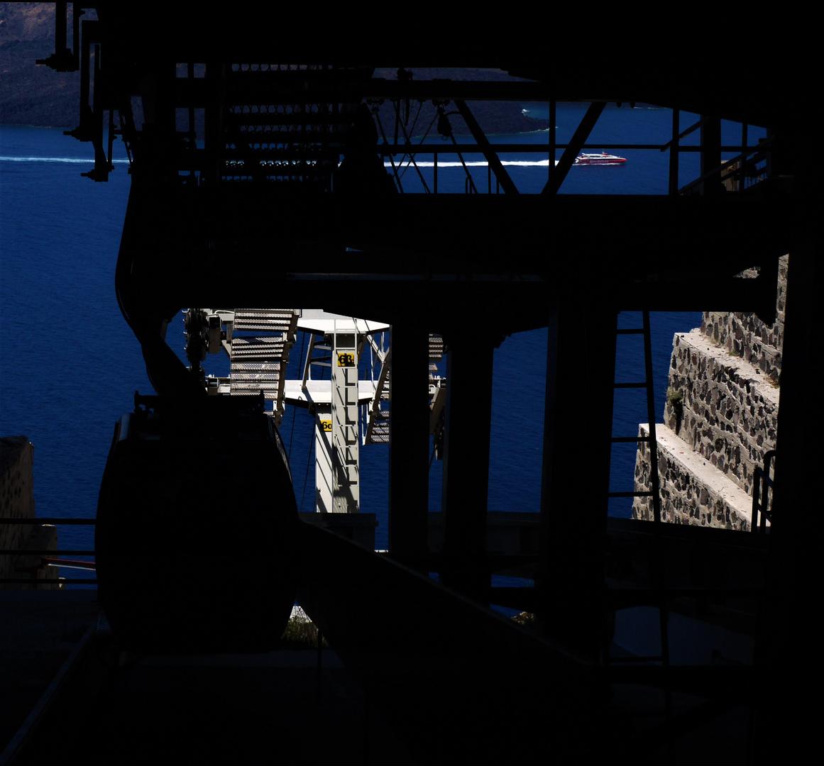 Eaten by darkness - Gondeln im Schlund der Bergstation von Thira
